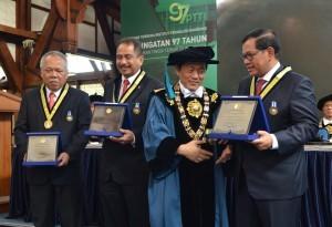 Cabinet Secretary Pramono Anung receives Ganesa Prajamanggala Bakti Adiutama Award from ITB, Thursday (24/8) morning (Photo: JAY/PR)
