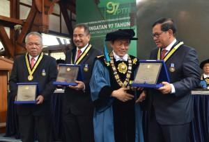 Seskab Pramono Anung menerima penghargaan Ganesa Prajamanggala Bakti Adiutama dari ITB, Bandung, Kamis (24/8) pagi. Nampak menyaksikan Menteri PUPR dan Menteri Pariwisata. (Foto: JAY/Humas)