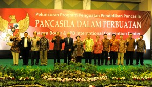 Pembekalan materi tentang penguatan nilai-nilai Pancasila dan pengamalan Pancasila dalam perbuatan dalam Program Penguatan Pendidikan Pancasila, yang diselenggarakan atas kerja sama Unit Kerja Presiden bidang Pembinaan Ideologi Pancasila (UKP PIP) dan Kementerian Riset Teknologi dan Pendidikan Tinggi (Kemristedikti), di IPB International Convention Center, Bogor, Jumat (11/8) malam. (Foto: Humas/Rahmat)