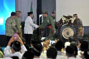 Presiden Jokowi menyalami Pimpinan Pondok Pesantren Minhaajurrosyidiin KH Kasmudi Assidiqi, usai membuka Persinas) ASAD 2017, di Lubang Buaya, Jakarta, Selasa (8/8) pagi. (Foto: JAY/Humas)