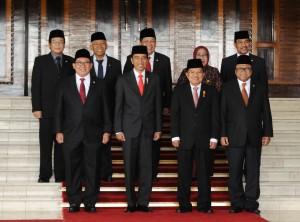 Presiden Jokowi dan Wapres JK berfoto bersama di Gedung Nusantara MPR/DPD/DPR, Jakarta, Rabu (16/8). (Foto: Humas/Anggun)