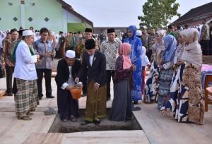 Presiden Jokowi saat kunjungan kerja ke berkunjung ke Pesantren Nurul Islam, Jatirogo, Jember, Jawa Timur, Sabtu (12/8). (Foto: Humas/Agung).
