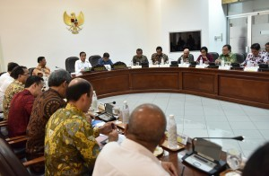 President Jokowi, accompanied by Vice President Jusuf Kalla, leads a limited meeting on evaluation on the implementation of TKDN at the Presidential Office, Jakarta, Tuesday (1/8) afternoon (Photo: Rahmat/PR)