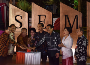 Presiden Jokowi didampingi Gubernur DKI menekan sirene sebagai tanda peresmian Simpang Susun Semanggi, Jakarta, Kamis (17/8) malam. (Foto: GUN/Humas)