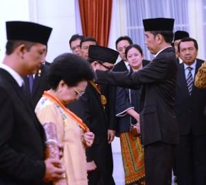 Presiden Jokowi menganugerahkan Tanda Kehormatan Republik Indonesia kepada 8 (delapan) tokoh masyarakat, di Istana Negara, Jakarta, Selasa (15/8). (Foto: Humas/Deni)