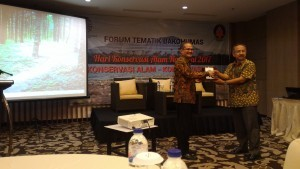 Expert Staff of Communications and Informatics Minister for Communications and Mass Media Affairs receives a souvenir from the Head of Public Relations of Bureau of Environment and Forestry Ministry at Hotel Santika, Banyuwangi, East Java, Friday (11/8). (Photo: PR/Dhany)