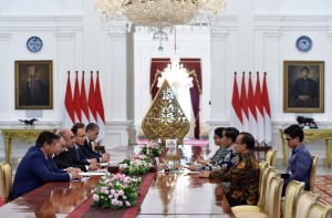 President Jokowi, accompanied by Foreign Affairs Minister and State Secretary Minister, receives Uzbekistan Deputy Prime Minister at the Merdeka Palace, Jakarta, Monday (21/8)(Photo by: JAY/Public Relations Division)