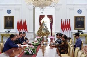 Presiden Jokowi didampingi Menlu dan Mensesneg menerima Wakil PM Uzbekistan Zoyir Mirzaev dan delegasi, di Istana Merdeka, Jakarta, Senin (21/8) siang. (Foto: JAY/Humas)