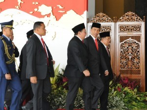 President Jokowi and Vice President Jusuf Kalla accompanied by Vice Speaker of the House of Representatives Fadli Zon enter the Nusantara Building, Jakarta, Wednesday (16/8) afternoon. (Photo: Anggun/PR)
