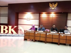 Deputi Bidang Sistem Informasi Kepegawaian, Iwan Hermanto bersama pejabat eselon 2 BKN menyampaikan konferensi pers di Kantor BKN, Jakarta Timur, Kamis (31/8).