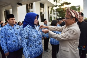 Mensesneg menyematkan penghargaan kepada para pegawai di lingkungan kepresidenan saat upacara HUT ke-72 RI di lapangan Kemensetneg, Jakarta, Kamis (17/8). (Foto: Humas/Deni)