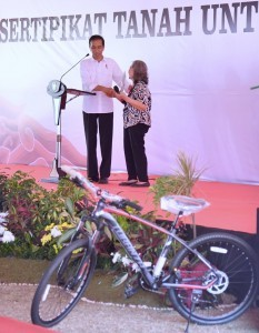 President Jokowi symbolically hands over land certificates at the Brigif Field, Cimahi, West Java, on Monday (11/9)