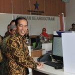 President Jokowi tries a facility in the National Library during the inauguration of National Library Service Facility Building in Jakarta, on Thursday (12/9)