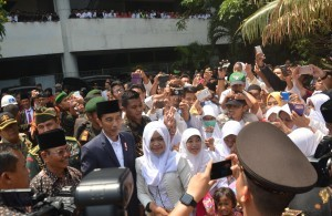 President Jokowi poses for a photo with the participants of National Amicable Gathering for the 3rd Quran Tafsir (Exegesis) Assembly at the Manahan Stadium, Solo, on Sunday (17/9)
