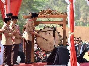 President Jokowi hits a bedug to mark the opening of 2nd National Scout Jamboree of Ma'arif NU, at the Military Academy Shooting Range, in Magelang, Central Java, on Monday (18/9)