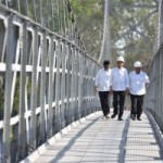 President Jokowi walks on the newly inaugurated suspension bridges, Krinjing and Mangunsuko, on Monday (18/9), in Dukun Subdistrict, Magelang Regency, Central Java