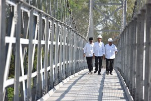 President Jokowi walks on the newly inaugurated suspension bridges, Krinjing and Mangunsuko, on Monday (18/9), in Dukun Subdistrict, Magelang Regency, Central Java