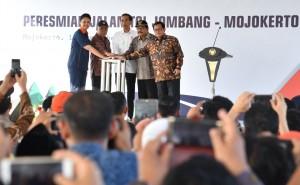 Presiden Jokowi saat meresmikan ruas tol Jombang-Mojokerto di Jalan Tol Seksi II Jombang-Mojokerto Barat, Mojokerto, Jawa Timur, Minggu (10/9). (Foto: BPMI)