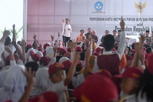 President Jokowi when handing over KIP at Rajawali Field, Cimahi City, Monday (11/9) afternoon (Photo: BPMI)