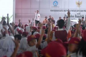 President Jokowi when handing over KIP at Rajawali Field, Cimahi City, Monday (11/9) afternoon (Photo: BPMI)