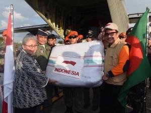 Bantuan kemanusiaan Indonesia untuk Rohingya diterima oleh Dubes RI untuk Bangladesh dari Direktur BPNB, di Bandara Internasional Shah Amanat, Chittagong, Bangladesh, Kamis (14/9) sore. (Foto: BPMI)