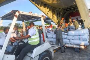 Proses penurunan bantuan Bandara Internasional Shah Amanat, Chittagong, Bangladesh.