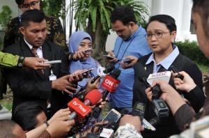 Menlu Retno Marsudi menjawab wartawan, di halaman Istana Merdeka, Jakarta, Selasa (12/9) pagi. (Foto: JAY/Humas)