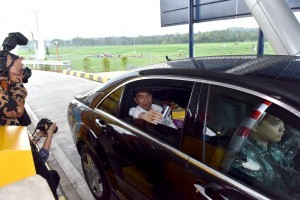 President Jokowi tries Section III of Semarang – Solo Toll Road : Bawen – Salatiga at the toll gate of Salatiga Toll Road in Tingkir Tengah Sub-District, Tingkir District, Salatiga, Central Java, Monday (25/9) (Photo by: Public Relations Division/Jay)