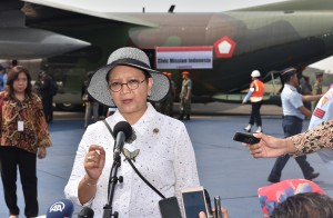 Menlu menjawab pertanyaan wartawan usai mendampingi Presiden Jokowi melepas bantuan kemanusiaan dari Pemerintah RI, di Pangkalan TNI AU Halim Perdanakusuma, Jakarta, Rabu (13/9) pagi. (Foto: Humas/Jay)
