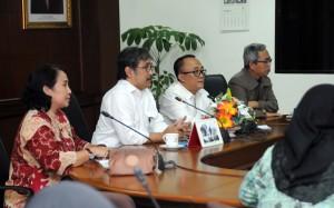 Deputi Administrasi Seskab Farid Utomo membuka coffe morning yang membahas di ruang rapat lantai IV Gedung III Kemensetneg, Jakarta, Senin (18/9) pagi. (Foto: JAY/Humas)