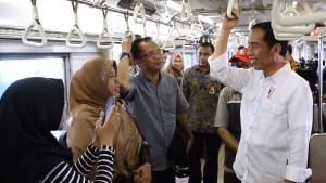 Presiden Jokowi berbincang dengan para penumpang Commuter Line, dari Stasiun Juanda ke Stasiun Cikini, Jakarta, Kamis (28/9) siang. (Foto: BPMI Setpres)