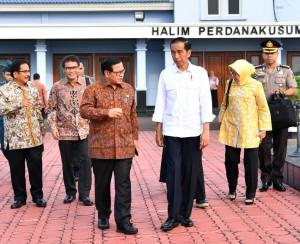 Presiden Jokowi berbincang dengan Seskab Pramono Anung sebelum bertolak menuju Salatiga, Jateng, dari Bandara Halim Perdanakusuma, Jakarta, Senin (25/9) pagi. (Foto: Setpres)