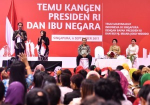 President Jokowi has a dialog with an Indonesian citizen during a gathering with Indonesian citizens in Singapore held at the Indonesian Embassy on Wednesday (6/9. (Photo by: Bureau of Press and Media of Presidential Secretariat /ES)