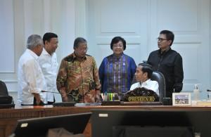 Presiden Jokowi berbincang dengan sejumlah menteri dan Jurubicara, di sela rapat terbatas, di kantor Presiden, Jakarta, Selasa (12/9) sore. (Foto: JAY/Humas)