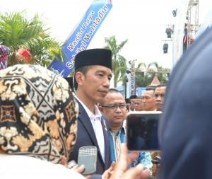 Presiden Jokowi menjawab pertanyaan wartawan di sela-sela kunjungan ke Pasar Baru, Banjarmasin, Kalimantan Selatan, Jumat (15/9). (Foto: Humas/Rahmi)