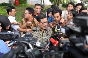 Seskab, Pramono Anung menanggapi pertanyaan wartawan usai Rapat Terbatas, di Kantor Presiden, Jakarta, Selasa (12/9) sore. (Foto: Humas/Jay)