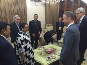 Menlu Retno Marsudi bertemu dengan Dubes Negara ASEAN dan negara sahabat, di Yangon, Myanmar, Senin (4/9) malam. (Foto: Kemlu RI)