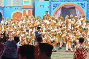 Presiden Jokowi saat hadir dalam acara Festival Anak Saleh Indonesia (FASI) X Di Masjid Raya Sabilal Muhtadin, Banjarmasin, Jumat (15/9). (Foto: Humas/Dinda)