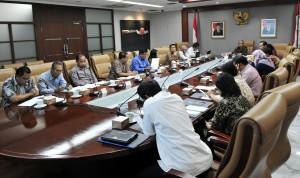 Staf Ahli Seskab Bidang Reformasi Birokrasi, M.Y. Raso memimpin FGD, di ruang rapat lantai II Gedung III Kemensetneg, Jakarta, Rabu (20/9) siang. (Foto: Rahmat/Humas)