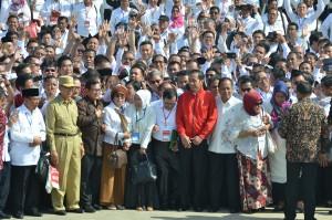 Presiden Jokowi berfoto bersama peserta Deklarasi Kebangsaan Perguruan se-Indonesia Tinggi Melawan Radikalisme, di Peninsula Island, Nusa Dua, Kab. Badung, Bali, Selasa (26/9) pagi. (Foto: JAY/Humas)