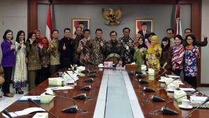 Seskab Pramono Anung didampingi Deputi DKK Yuli Harsono berfoto bersama para peserta yang akan mengikuti program pelantihan penerjemah di Monash University, di Ruang Rapat Lantai II Gedung III Kemensetneg, Jakarta, Jumat (22/9) pagi. (Foto: Rahmat/Humas)