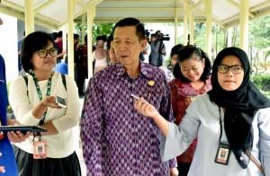 Gubernur Bali I Made Mangku Pastika menjawab wartawan usai rapat di Kantor Presiden, Jakarta, Kamis (28/9) sore. (Foto: JAY/Humas)