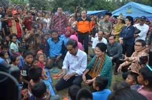 President Jokowi and First Lady Ibu Iriana meet with residents in Karangasem Regency, Bali, Tuesday (26/9). (Photo by: Public Relations Division/Jay).