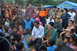 Presiden Jokowi dan Ibu Negara Iriana menghibur para pengungsi Erupsi Gunung Agung di Lapangan Desa Ulakan, Kabupaten Karangasem, Selasa (26/9) sore. (Foto: Humas/Jay).