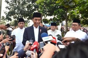 Presiden menjawab pertanyaan wartawan usai membagikan hewan kurban di Sukabumi, Jawa Barat, Jumat (1/9).