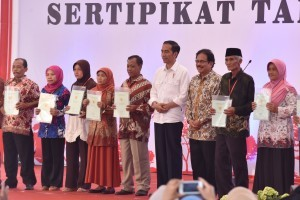 President Jokowi hands over land certificates at Jambesari Field, Pulutan Village, Sidorejo Subdistrict, Salatiga, Monday (25/9). (Photo: PR/Oji)