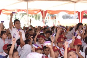 Siswa-siswa penerima KIP yang diserahkan oleh Presiden Jokowi, di SMA Negeri 3 Salatiga, Jawa Tengah, Senin (25/9) siang. (Foto: OJI/Humas)