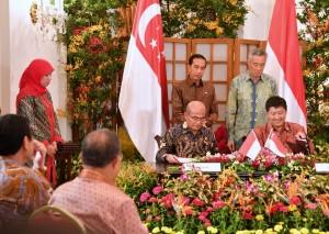 Presiden Jokowi dan PM Lee Hsien Loong menyaksikan penandatangan kerjasama bidang pendidikan RI - Singapura, di Singapura, Kamis (7/9) siang. (Foto: BPMI Setpres)