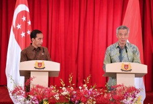 President Jokowi and Singaporean Prime Minister Lee Hsien Loong deliver a joint news conference after a bilateral meeting between the two leaders at The Istana, Singapore, Thursday (7/9). (Photo by: Bureau of Press and Media of Presidential Secretariat )