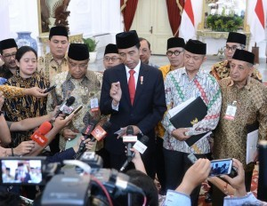 President Jokowi, accompanied by leaders of Islamic mass organizations, delivers a press statement, at the Presidential Palace, Jakarta, Wednesday (6/9) afternoon. (Photo: Bureau of Press, Media, and Information of Presidential Secretariat)